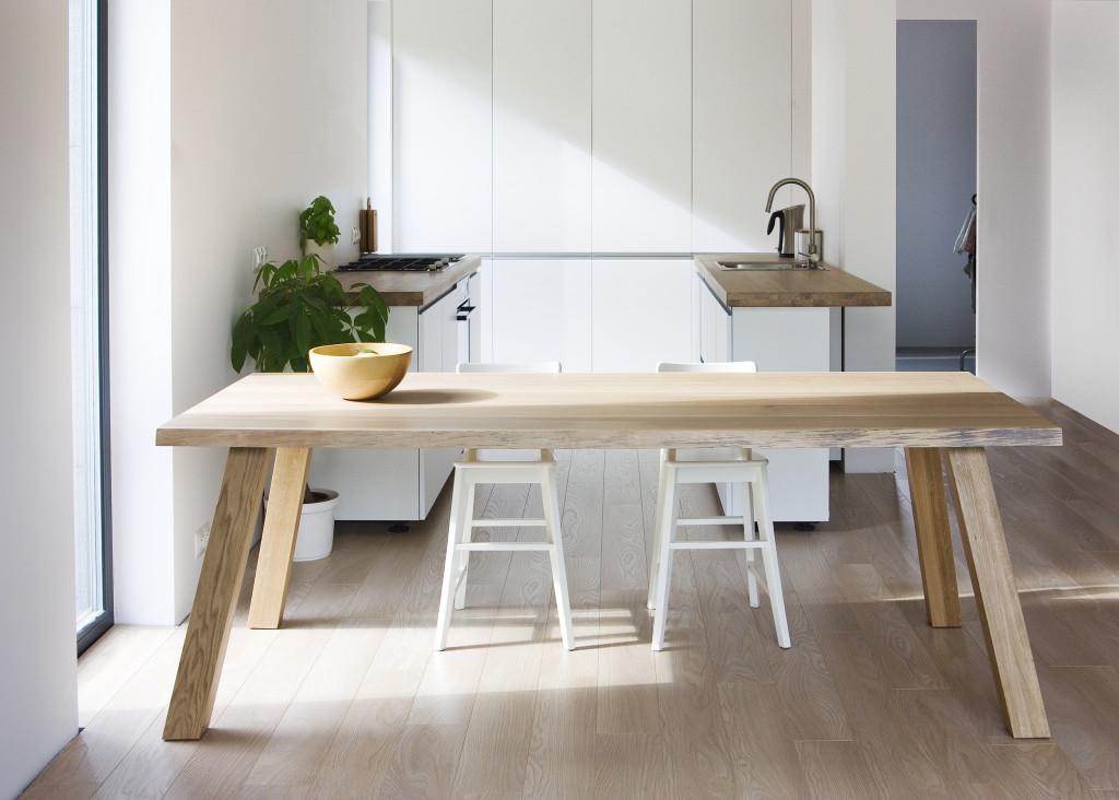 Stół drewniany w kuchni - przykładowa aranżacja.