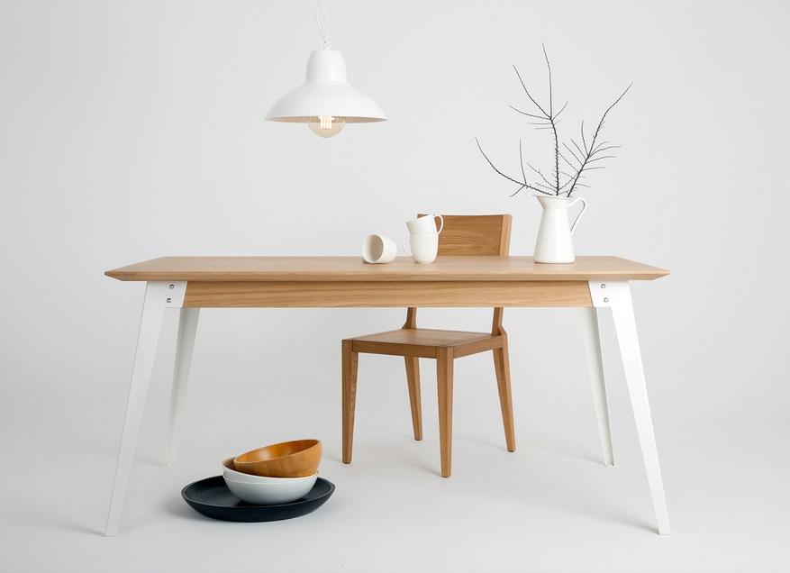 stół w skandynawskim stylu