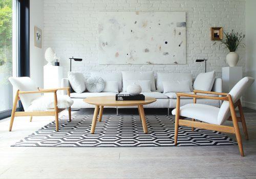 Fotel H64, proj. Edmund Homa i stolik OX we wnętrzu projektu Magdaleny Fornal