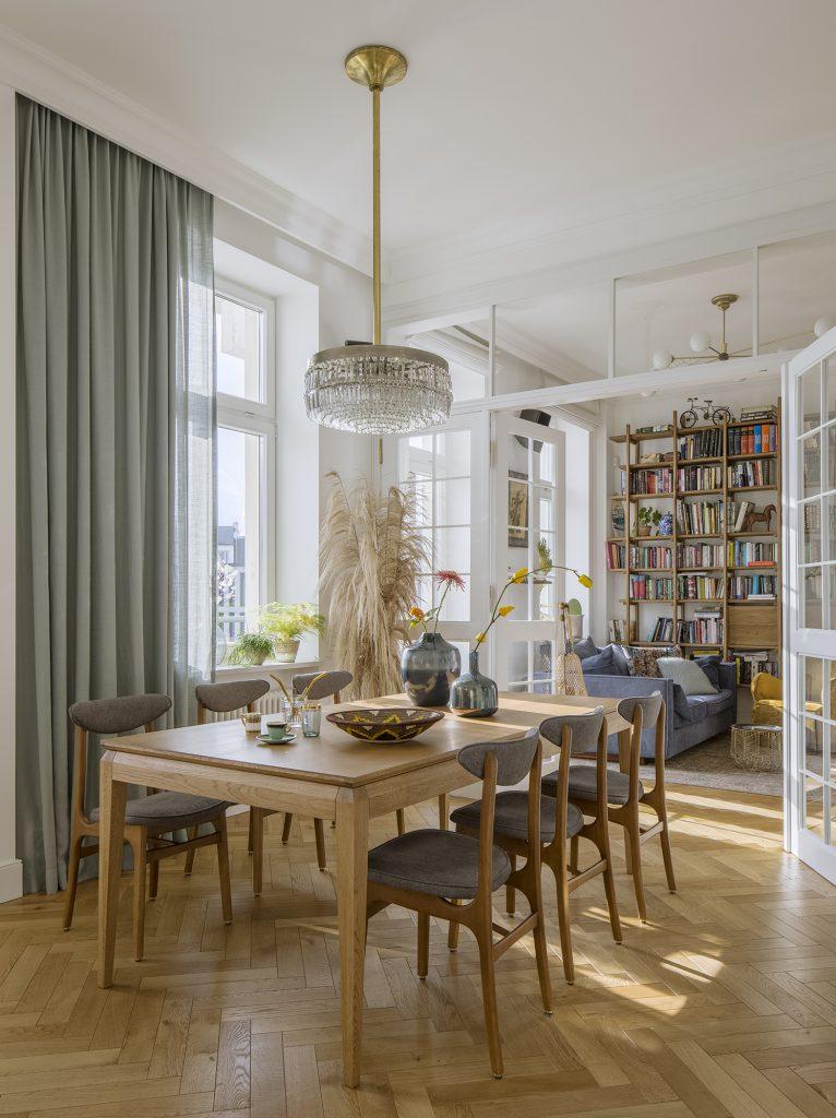 Stół drewniany w salonie